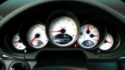 The attractive and easy-to-read gauge view exudes distinctive style.