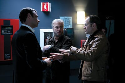 Richard Lewis (right), on the set of CSI in 2007, consults with guest star  Liev Schreiber and series regular Billy Peterson (who played Gil Grissom).